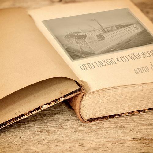 Alte Ansicht der Wäschefabrik in aufgeschlagenem alten Buch