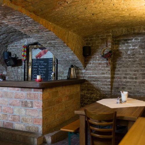 Gastraum im Kellergewölbe der Gaststätte zur Fabrik mit Backsteinmauern